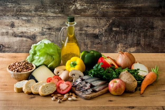 alimentacion saludable dieta mediterranea frutas verduras granos nueces aceite oliva pescado mesa madera 123827 2693 2